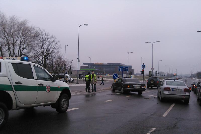 Tris automobilius sudaužęs vairuotojas pabėgo (papildyta)