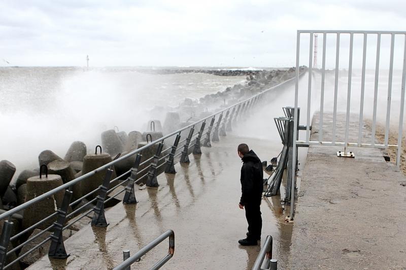 Dėl vėjo uoste vis dar ribojamas eismas, be elektros – šimtai žmonių