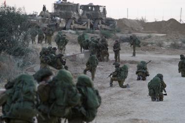 Izraelis iš lėto skverbiasi į Gazą