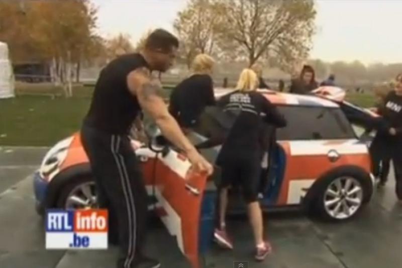 """Viename """"Mini Cooper"""" automobiliuke sutilpo 28 lanksčios merginos"""