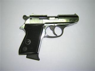 Šešiolikmetis pardavinėjo ginklus per internetą