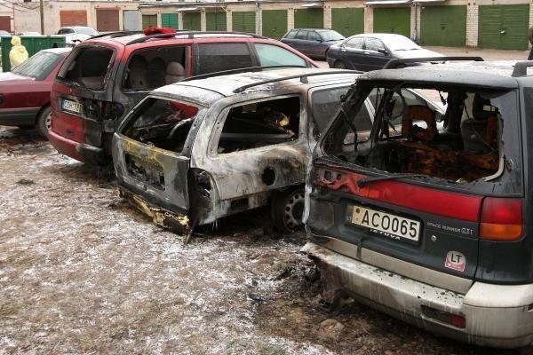 Kaune viename kieme degė trys automobiliai. Įtariamas padegimas (papildyta)
