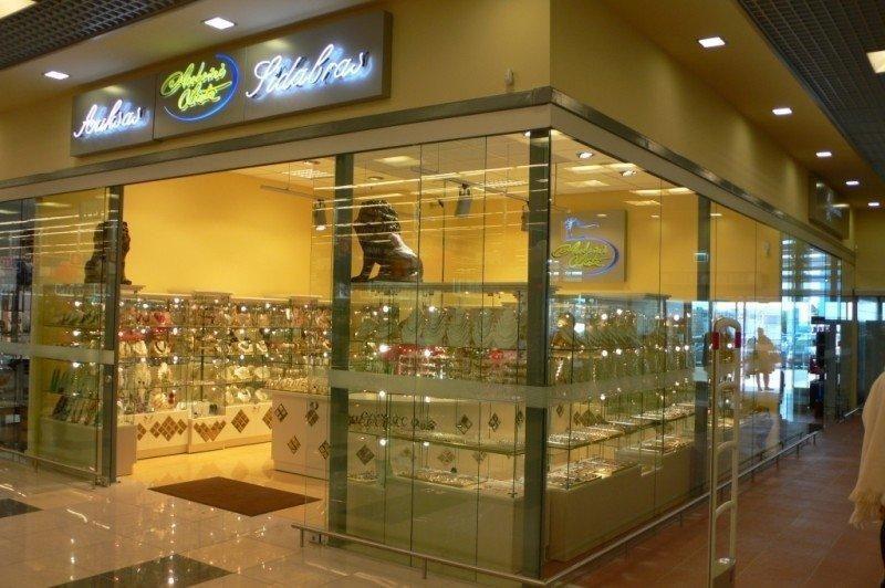 Prekybos centre Vilniuje plėšikai užpuolė juvelyrikos parduotuvę