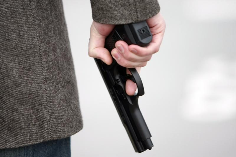 Kupiškyje girtas vyras pistoletu išdaužė policijos automobilio langą