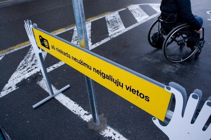 Didėja nepakantumas vairuotojams, užimantiems neįgaliųjų vietas