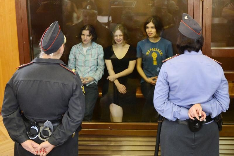 """Rusijos pareigūnai pradeda kitų grupės """"Pussy Riot"""" narių medžioklę"""