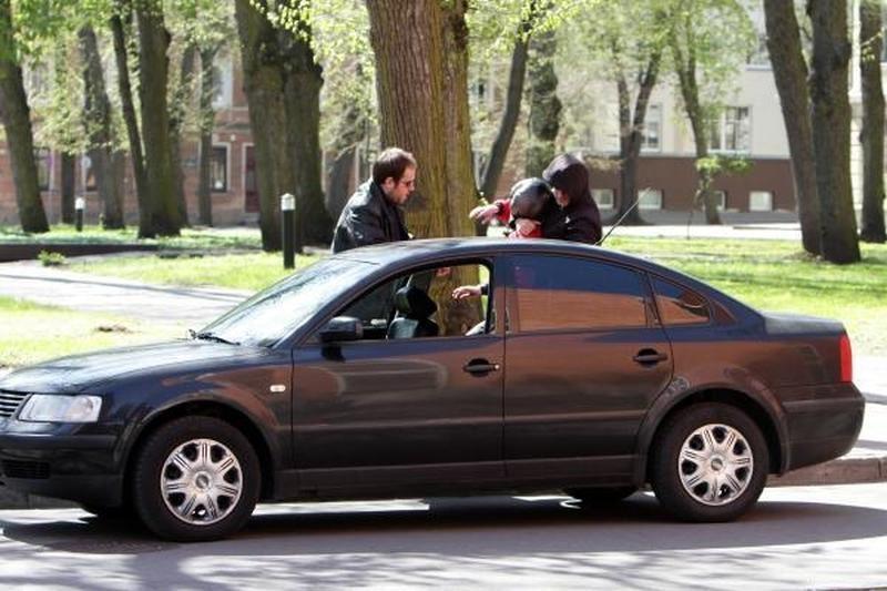 Klaipėdos policininkai ieško dviejų vyrų pagrobtos merginos(foto)