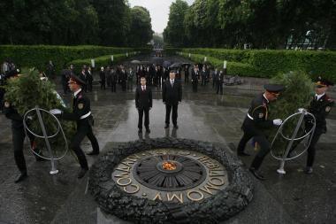 Vėjas nuvertė vainiką ant Ukrainos prezidento