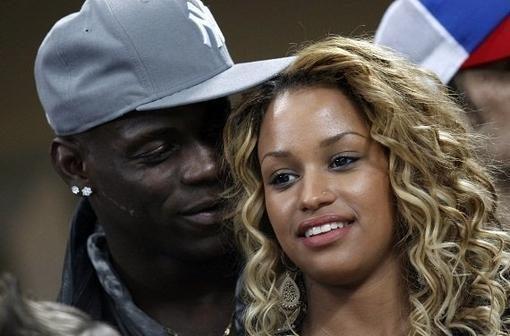 """M. Balotelli leis """"Real"""" žaidėjams permiegoti su jo mergina, jei..."""