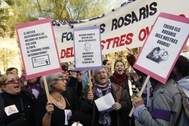 Barselonos gėjai ir lesbietės per popiežiaus vizitą surengė masinę bučiavimosi akciją