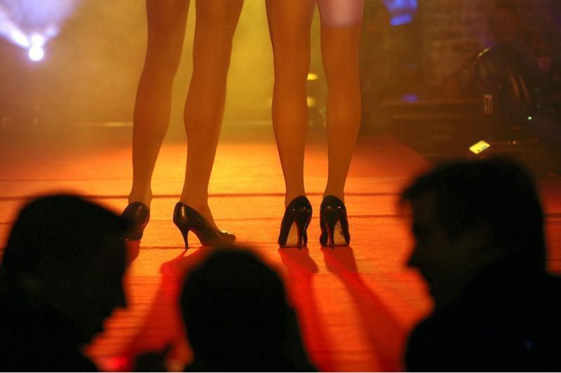 Orgijų vakarėlis su prostitutėmis ambasadoriui kainavo postą