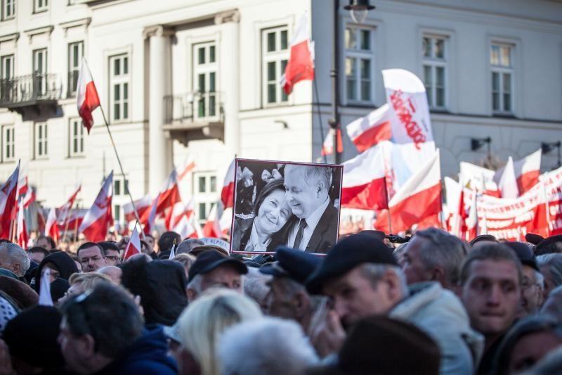 Varšuvoje L.Kaczynskio žūties metinės paminėtos protestu