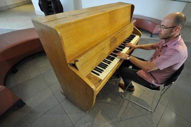 """Parduodamas pianinas, prie kurio prasidėjo """"The Beatles"""" karjera"""