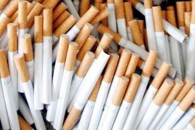 Automobilio dvigubame dugne - cigaretės