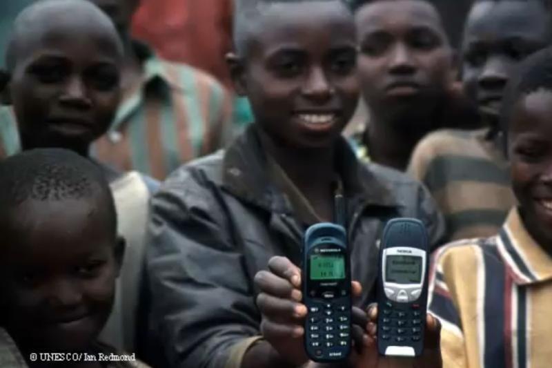 Afrikoje išmanieji telefonai gelbsti ir gimdyves, ir gyvybes