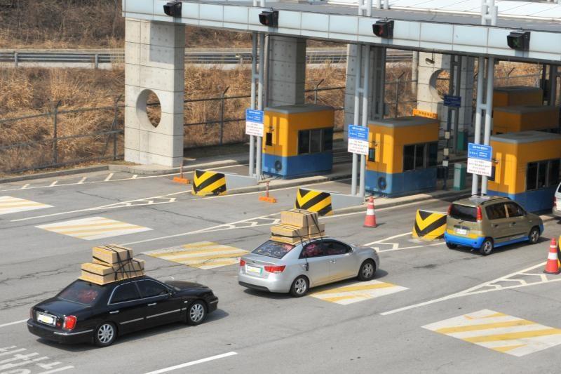 Abi Korėjos vėl derėjosi dėl gamyklų darbo atnaujinimo