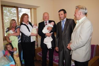 Vilniaus meras aplankė trynukų šeimas