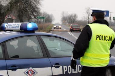 """Lenkija: vairuotojas partrenkė policininką, šis nenaudėlį """"pavaišino"""" kulka"""