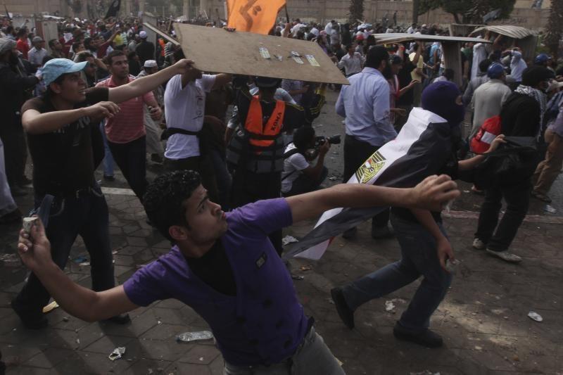 Egipto sostinėje protestuotojai susirėmė su kariškiais