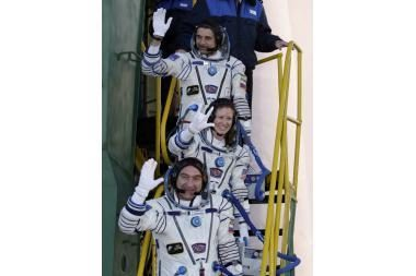 Du rusų kosmonautai ir JAV astronautė išskrido į TKS
