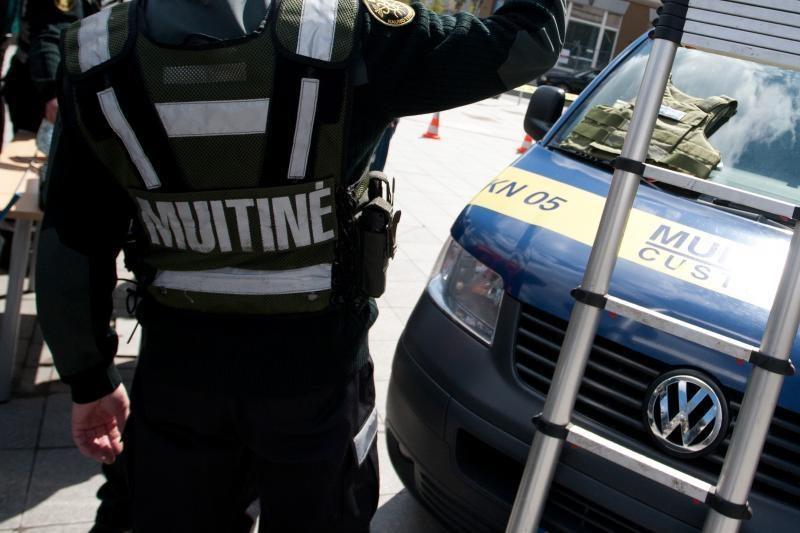 Nuo pareigų nušalinti penki iš 30-ies korupcija įtariamų muitininkų