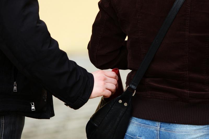 Kaune užpuolikas gatvėje pargriovė moterį ir atėmė rankinę