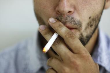 Seimo narys siūlo trigubai padidinti įspėjimus ant cigarečių pakelių (papildyta)