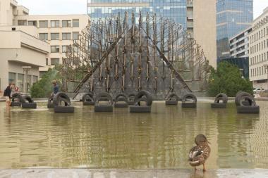 Seimo kanceliarija prašys sostinės savivaldybės sutvarkyti per riaušes apgadintą fontaną