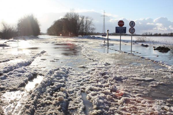 Vanduo apsemtame kelyje Šilutė-Rusnė slūgsta