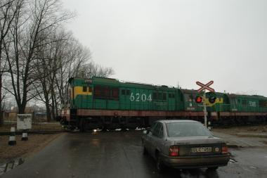 Mašinai susidūrus su traukiniu žuvo moteris