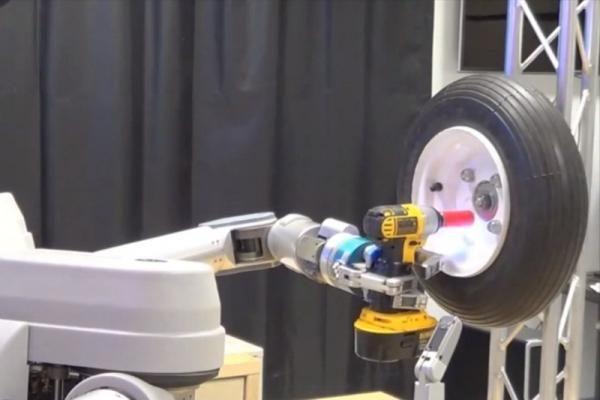 JAV pristatytas robotas, mokantis keisti ratus