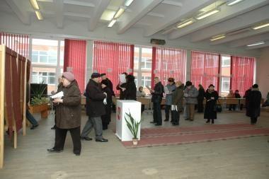 Rinkėjams tenka laukti eilėse
