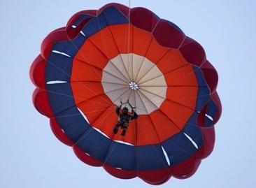Turistus į pajūrį siūloma vilioti parašiutizmu