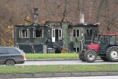Sudegęs namas paliktas likimo valiai