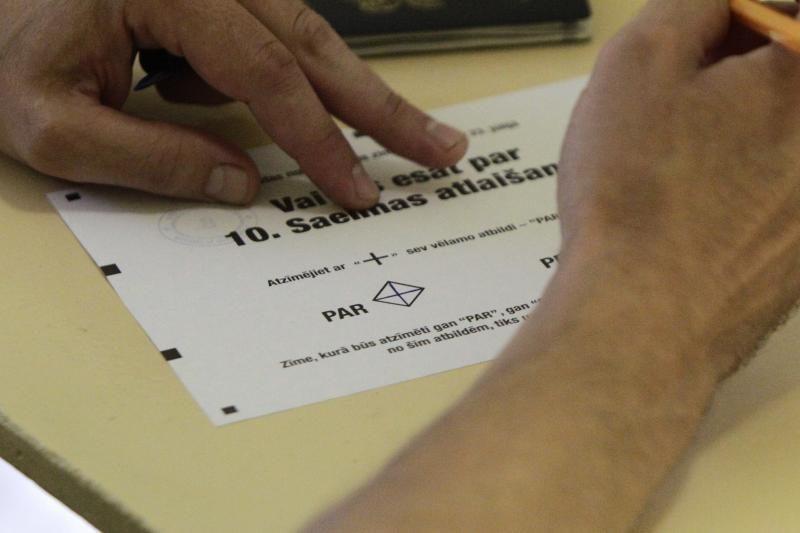 Latvijos parlamentas patrigubino parašų referendumams skaičių