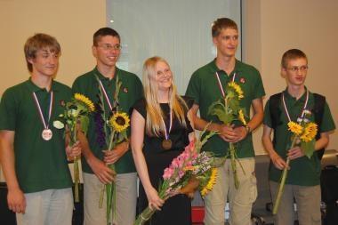 Visi jaunieji fizikai grįžo su olimpiniais medaliais