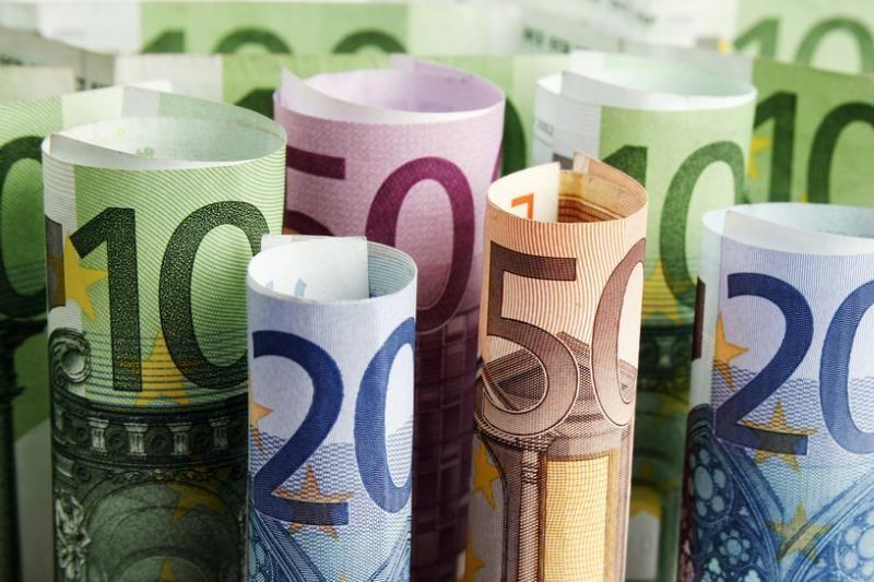 Euro kursas smunka kitų valiutų atžvilgiu
