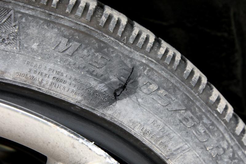 Automobilį rado supjaustytomis padangomis
