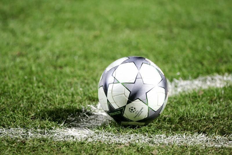 Futbolą   halėje   žaidė   ir  merginos