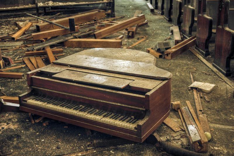 Amerikiečiai masiškai pianinus meta į šiukšlynus