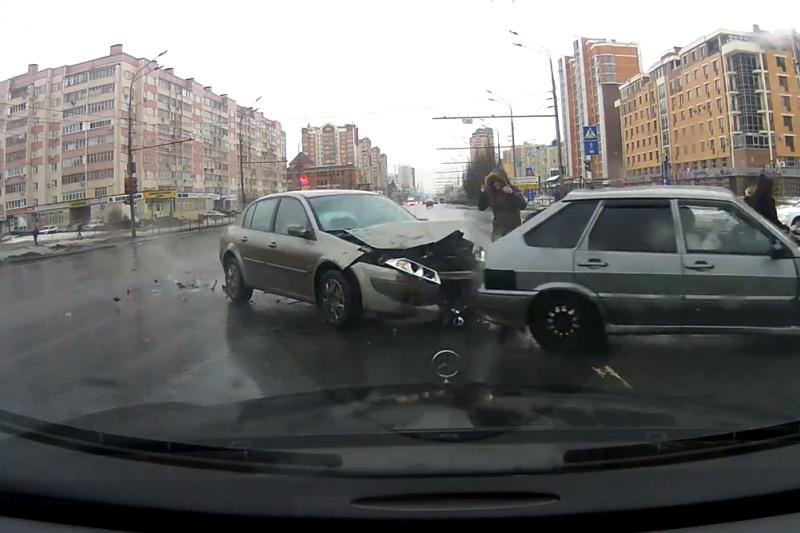 """Kazanėje dvi pėsčiosios sugebėjo """"išlaviruoti"""" tarp dviejų automobių"""