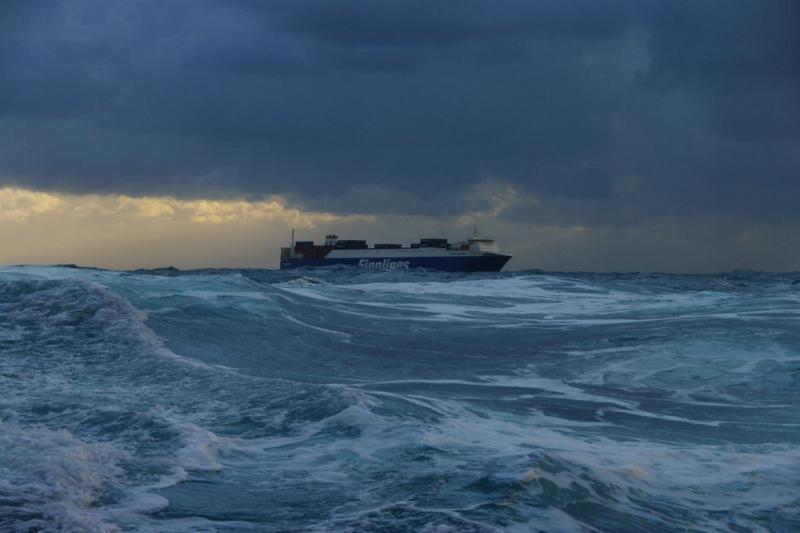 Italijos laivui užplaukus ant seklumos evakuojami žmonės
