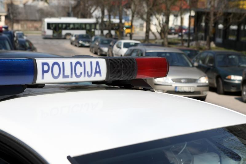 Pažeidėjai policijos automobiliuose galės atsiskaityti kortele