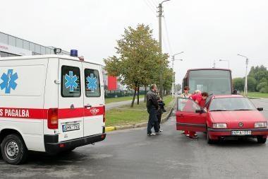 Autobusas trenkėsi į automobilį, sužeisti trys žmonės