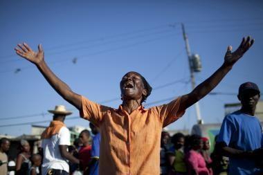 Didžiulė Raudonojo Kryžiaus vilkstinė vyksta iš Dominikos Respublikos į Haitį