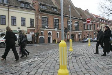 Kodėl ženklus Rotušės aikštėje apvilko geltonai?
