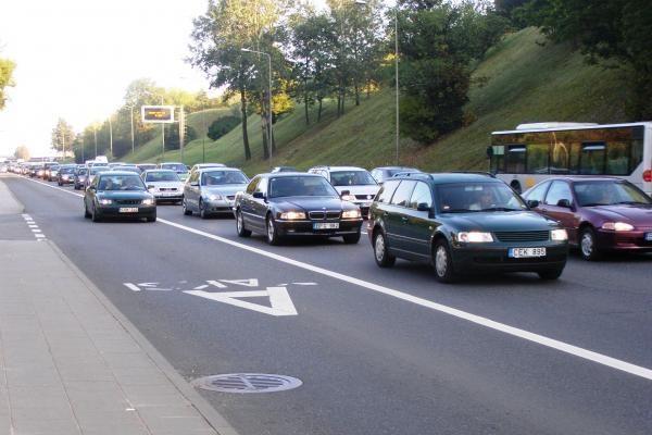 Apklausa: vairas dešinėje – bėda kelyje?