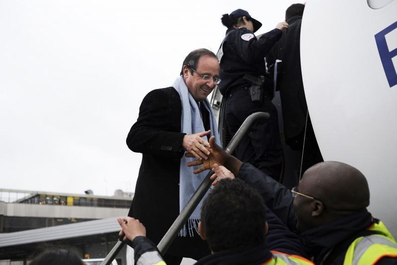 Į F.Hollande'o lėktuvą trenkė  žaibas