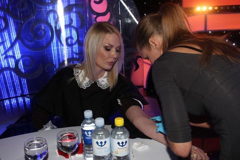 Prieš išėjimą ant scenos – vaistų injekcija Natalijai Bunkei