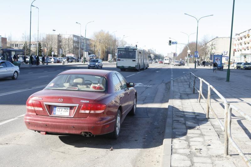 Klaipėdos gatvėje paliktas automobilis tris paras trukdė eismui